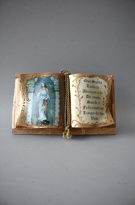 Livro com dedicatória de Santa Luzia dimensões: 12*20 cm