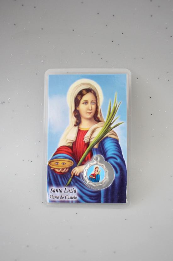 Oração com medalha de Santa Luzia